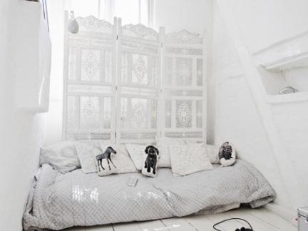 简约卧室白色的屏风设计效果图