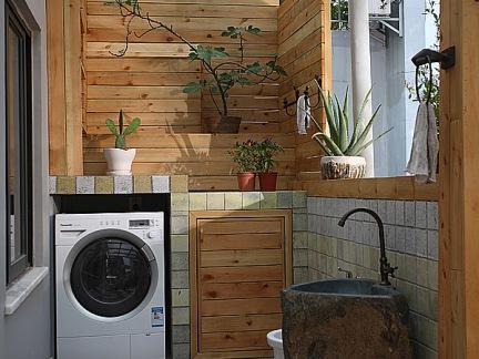 中式小型别墅阳台原木色护墙板洗手台装修设计