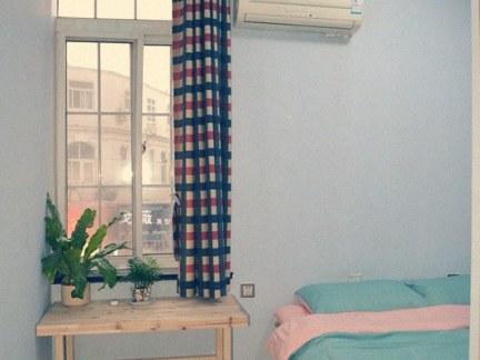 清新田园风格卧室原木色床头柜设计