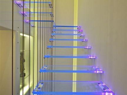 美式阁楼配白色透明楼梯装修效果图