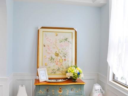 白色欧式风格卧室内梳妆台摆放设计效果图