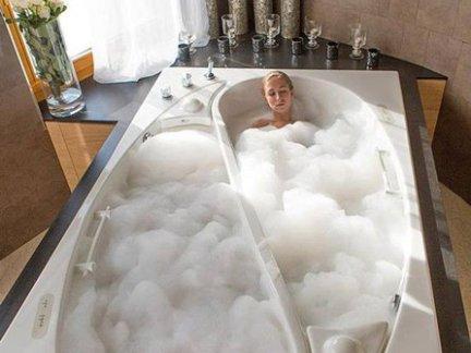 简约风格卫生间配白色大浴缸装修效果图