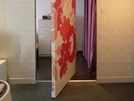 东南亚风格卫生间彩色隐形门设计