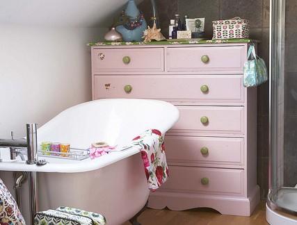 美式阁楼淋浴间粉色浴室柜图片欣赏