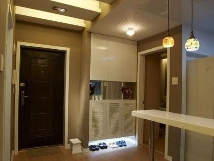 现代中式风格玄关处白色橱柜装修效果图