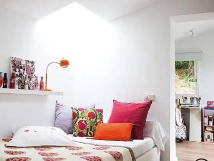 简约风格儿童房白色家具床设计展示图