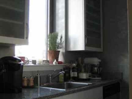 现代二居室厨房白色橱柜门装修设计