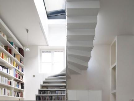 现代简约风格玄关处白色楼梯装修效果图