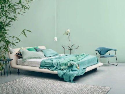 简约风格卧室白色家具床设计展示图