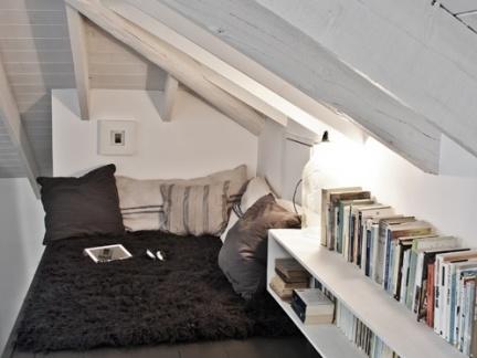 时尚现代尖顶卧室白色书架装修设计