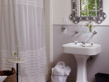 华丽美式卫生间白色洗手台浴帘装修设计