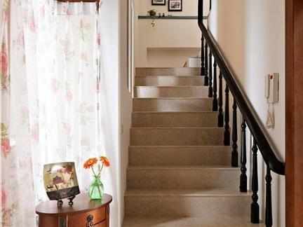 现代简约风格客厅咖啡色的楼梯效果图