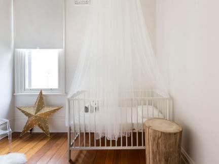 简约风格明净儿童房白色婴儿床效果图
