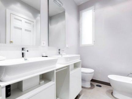 纯白极简风格清爽卫生间装修设计图