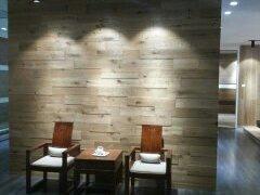 多喜爱 背景墙 三层实木复合地板 橡木结疤拉丝仿古