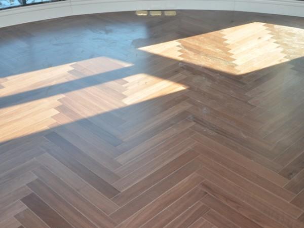 多喜爱 黑胡桃人字拼 三层实木复合地板 橡木