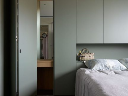 简约风格淡雅卧室实用储物柜设计图片