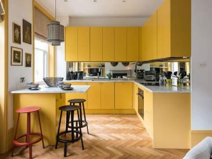 现代风格开放式厨房暖黄色橱柜实景图