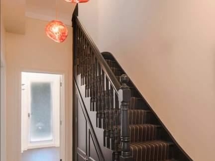 古典风格深沉雅致木质楼梯装修效果图