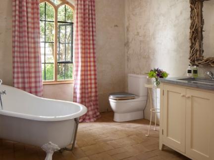 欧式风格卫生间温暖红色窗帘效果图