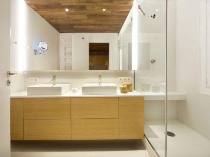 现代风格明净清爽卫生间装修设计图