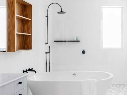 极简风格白色调卫生间浴缸装修设计图
