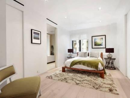 白色现代风格卧室照片墙装修美图