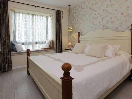 白色田园风格卧室床头柜装修效果图