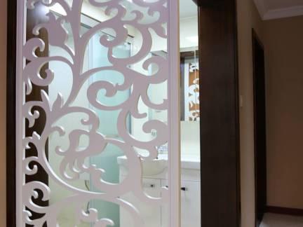白色现代风格温馨卫生间隔断装修图片