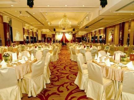 米色欧式风格舒适餐厅吊顶装修效果图