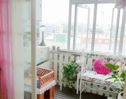 素雅白色现代风格阳台窗帘装修美图