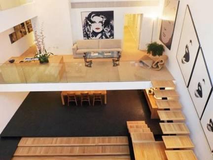 原木色现代风格客厅舒适楼梯装修设计图