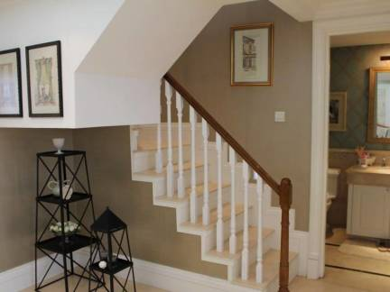 白色美式风格客厅楼梯装修设计图