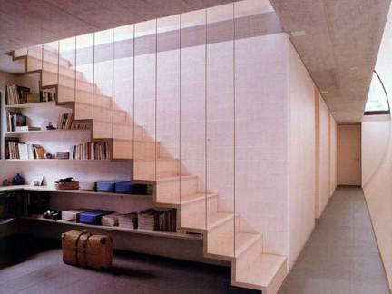 白色现代风格客厅的楼梯装修设计图