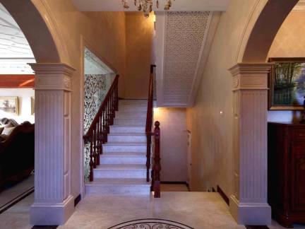 白色欧式风格唯美玄关楼梯装修设计图