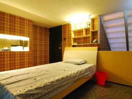 素雅棕色现代风格卧室榻榻米装修美图