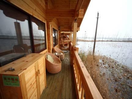 棕色日式风格阳台吊顶装修设计图