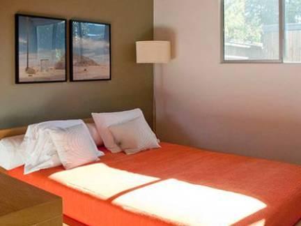 棕色素雅现代风格卧室榻榻米装修美图