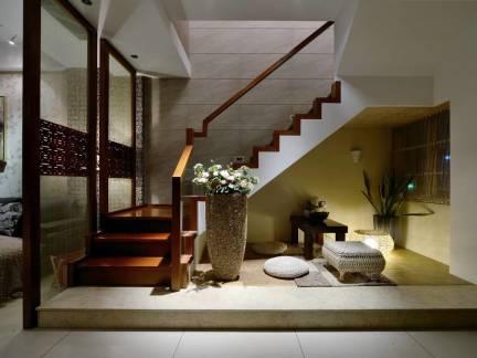 彩色东南亚风格客厅楼梯装修设计图