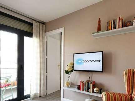 米色现代风格客厅书柜装修图片
