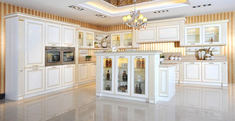 整套产品彰显新古典与后现代的高度融合,设计师通过把白色与金色有机的结合演绎,选用高亮光的背景衬托方式,配以水晶奢华拉手做点缀,演绎出一套经典的梦幻厨房之旅。奢华中透着尊贵,尊贵中营造气质。同时错落有致的岛台设计,延伸储物功能的罗马柱配置,使层次感更加分明,酒柜与吧台融合在一起,使操作更便捷,使生活更富有乐趣。