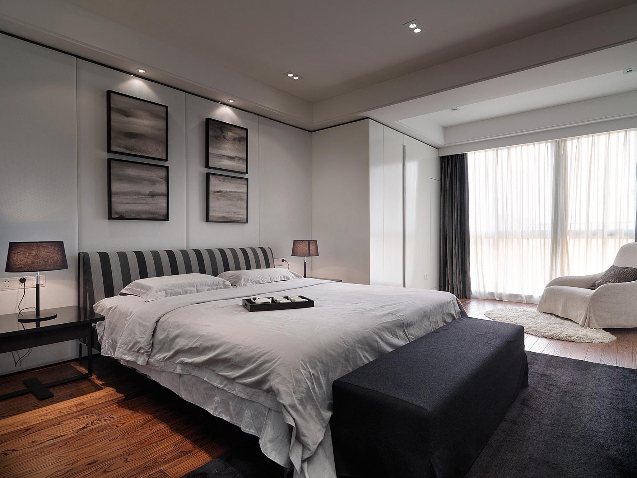 卧室中没有过于复杂的造型一切以舒适为主。灯光的设计省去了刺眼的主光源,取而代之的是光线柔和的辅助光源,使主人进入卧室心情更加平和适于入眠。在设计中也体现了构成当中点线面的运用。