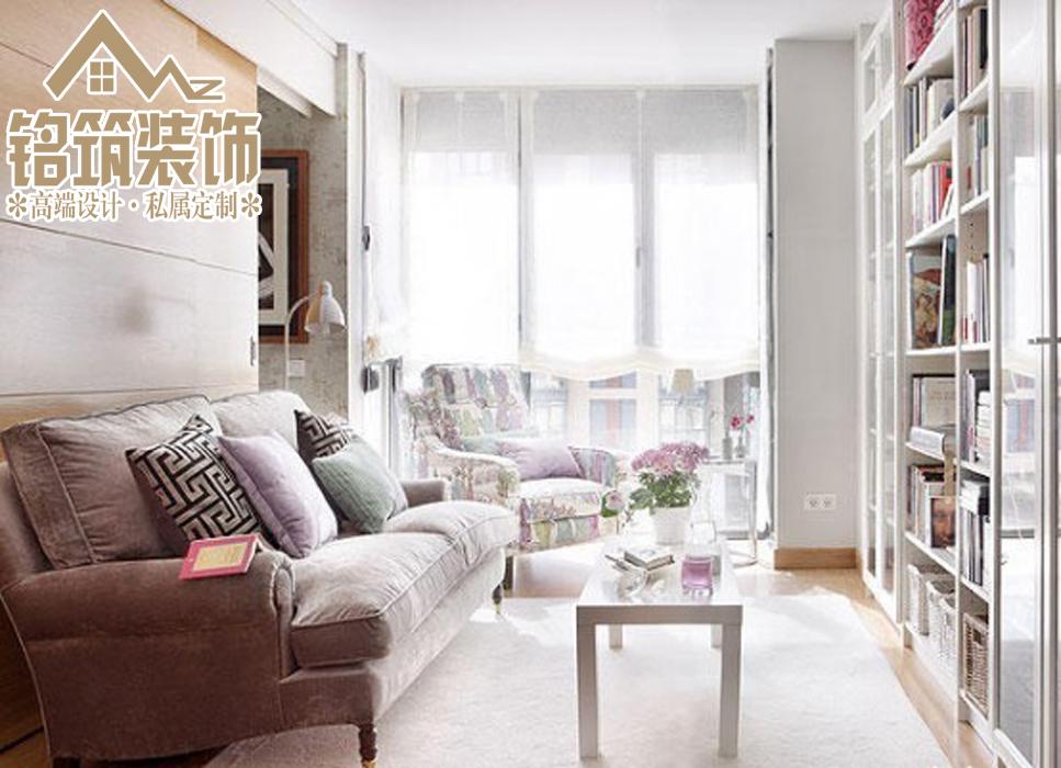 白色的墙面,宽大的书架,外加整洁干净的书桌。屋外的阳光轻轻的洒入屋内,在这样的环境下看书,岂不快哉!