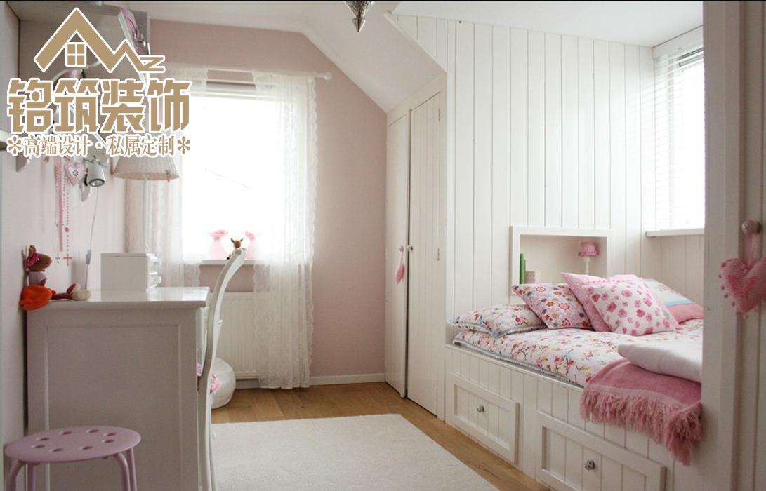 粉红色的调味,白色的墙壁,还有儿童喜欢的榻榻米一样的床,可以给孩子一个童话般成长的环境。
