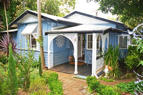 绿植环绕的漂亮小房子
