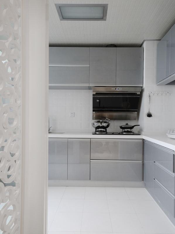 现代人生活节奏大多比较快。快节奏的生活,对于人们来说,就喜欢在家里享受简单清新的调调了。厨房是美味诞生的场所,对于每一个在厨房忙碌的人来说,美味的空间,也是时尚的空间,也是让别人羡慕不已的空间,现代清爽气质一起享受人家美味吧。