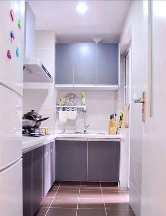 空间上的狭小没有阻碍到物品的摆放,充分设计多处橱柜,从而让空间最大化利用