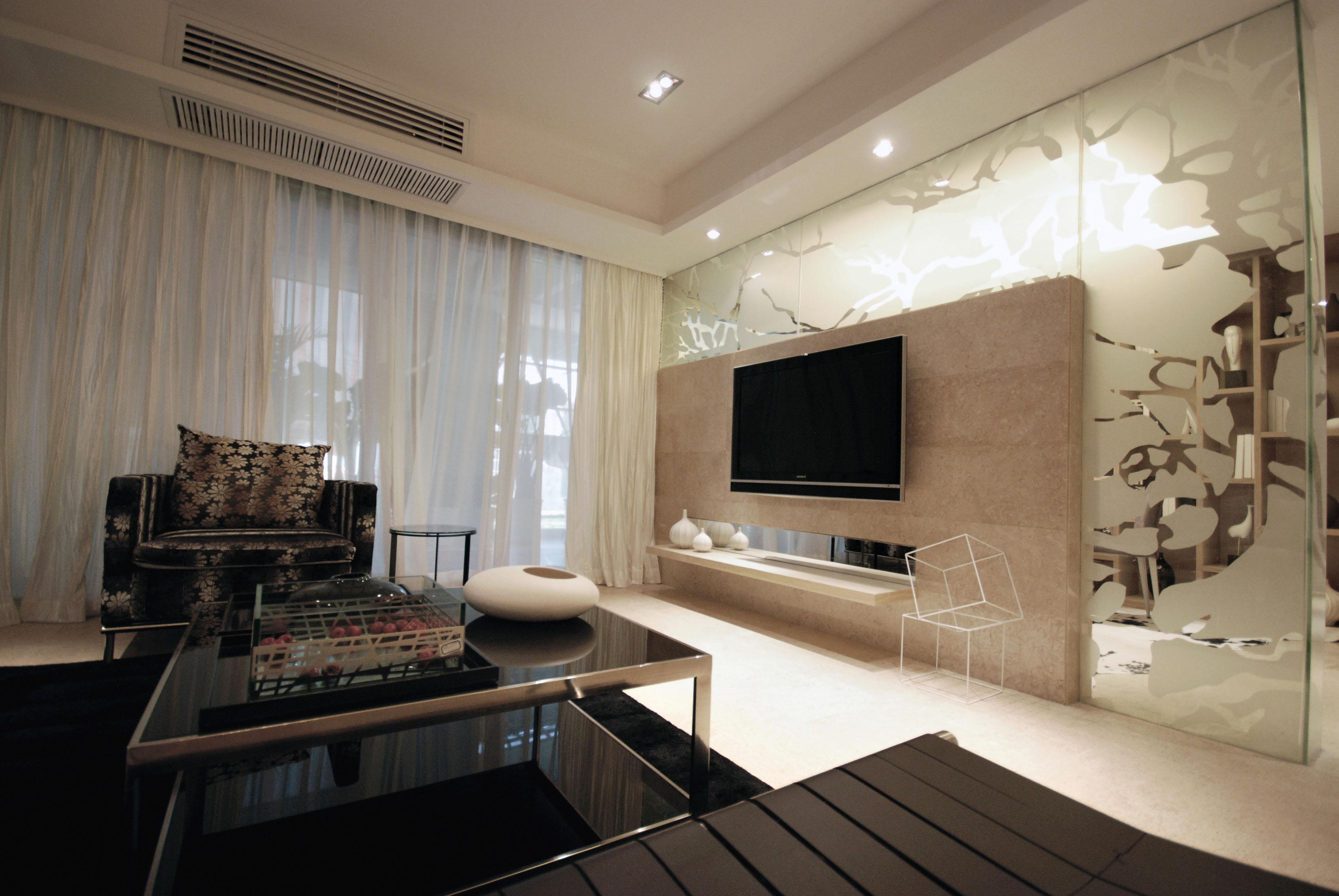 """业主需求:喜欢现代风格,想要温馨舒适的感觉。? 设计师:董平设计理念:设计的难度在于如何让感觉成稳的黄黑色调变得稍许年轻时尚点,也算是""""老调新作""""吧。从空间分隔上将客厅与书房的隔断改成一面半透明的玻璃墙围着电视柜,抽象的树枝图案不单令人联想自然,在装饰空间的同时,把客厅与书房分隔开,使二者的视线保持通畅之余,又能保持互相的独立性。在材料的选择和色彩的搭配上则更加注重各元素之间细腻微妙的变化和对比,亦或质感,亦或冷暖,亦或软硬,亦或深浅,如同一位艺术家在六面体的空间内创作一幅抽象画,作品完成后又用他的照相机欣喜地记录着这创作的点点滴滴,并苛刻着空间角度的近乎完美。在家私和饰品的选择上则"""