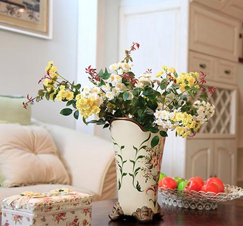 它摒弃了过多的繁琐与奢华,兼具古典主义的优美造型与新古典主义的功能性,装饰上既显得简洁明快,又突显了其良好的实用性。传统美式风格的装修色彩多为暗沉的深褐色,而美式田园风格却与之相反,在其整体的装修设计上,一般选用浅淡的暖色调,干净简洁又自然淡雅。