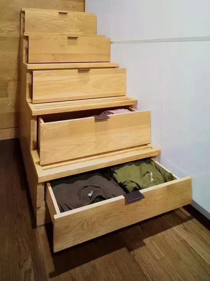 走上卧室的台阶也被做成了多功能收纳,非常得巧妙的设计